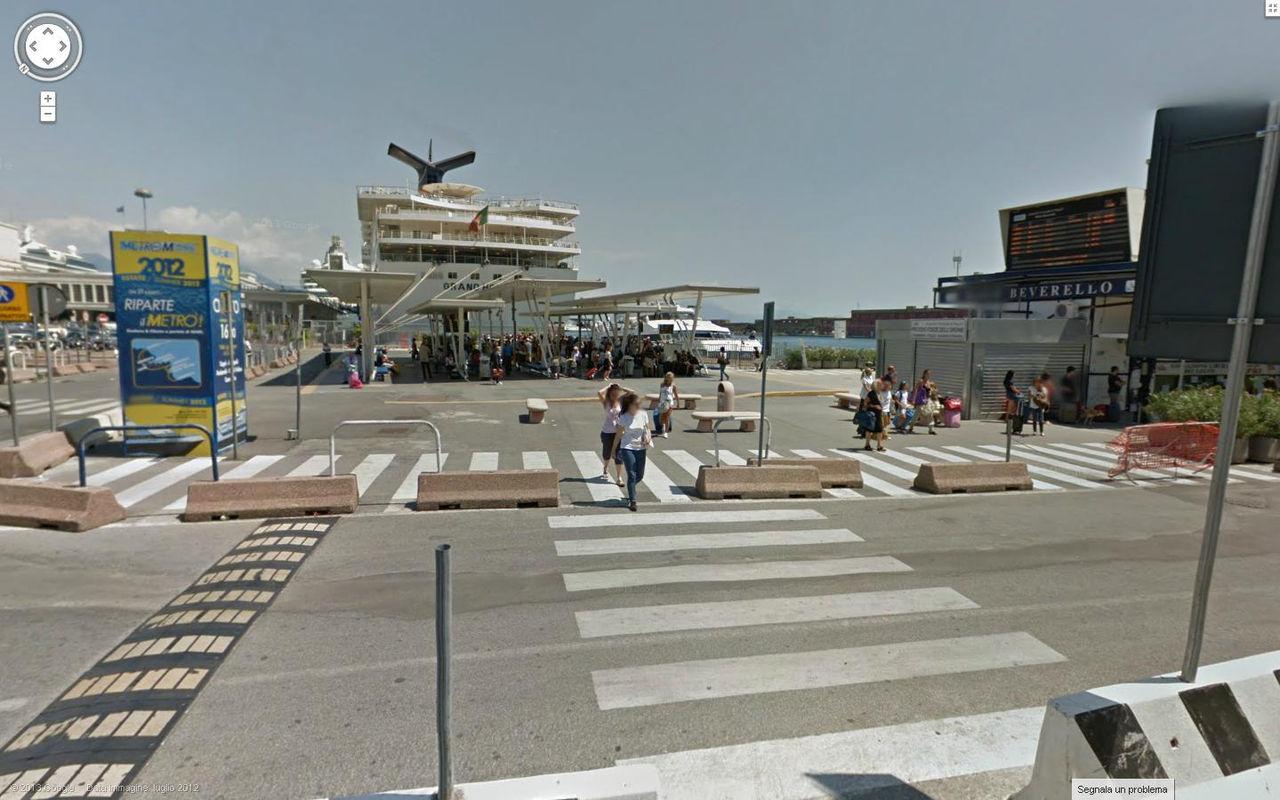 Porto di Napoli con pensiline e chalet