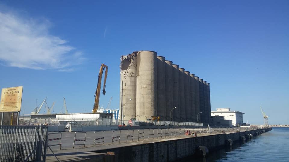 Foto in demolizione i silos del porto di palermo for Mobilita palermo